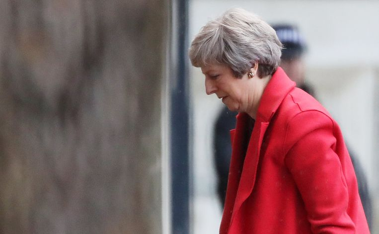 De Britse eerste minister Theresa May stapt de ambtswoning Downing Street 10 binnen. Beeld REUTERS