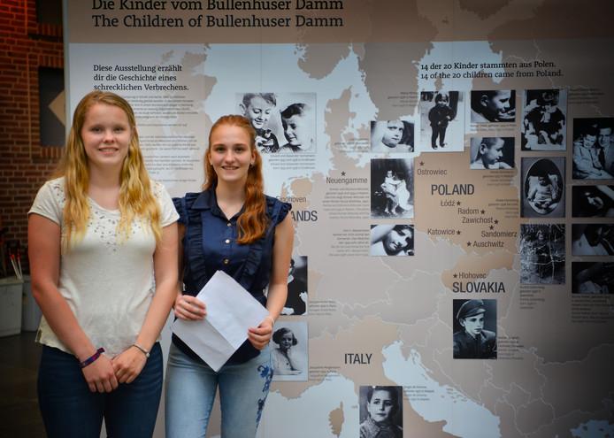 Emma Schleijpen (links) en Vera Frijters bij een foto van de broertjes Hornemann. Foto Nienke van de Kruijs
