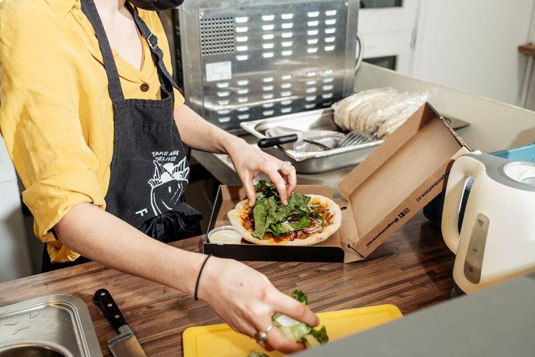 'Dark kitchen' Falfellow bereidt ook vegan pizza's die zijn besteld bij virtueel restaurant Vegan Masters.  Beeld Jakob van Vliet