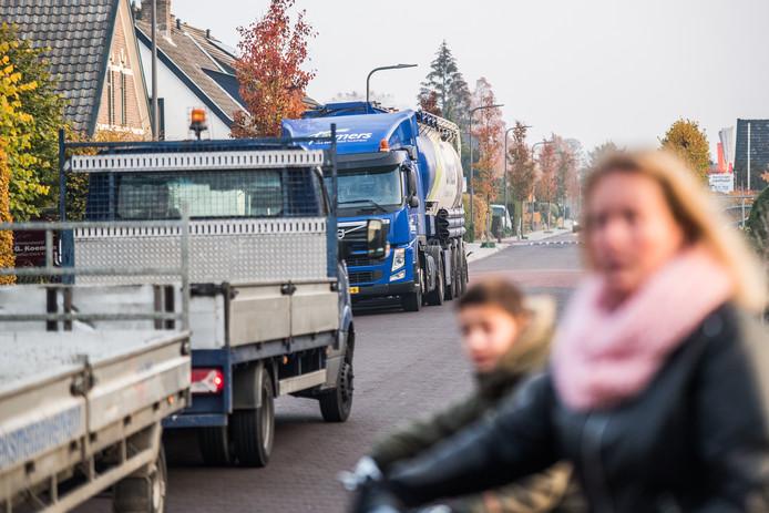 Drukte door vrachtwagens op de Spankerenseweg in Dieren.