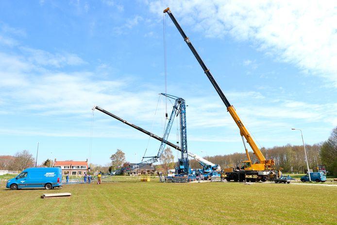 De berging van de hijskraan, die gisteren met de grootste vlag van Nederland viel, is begonnen.