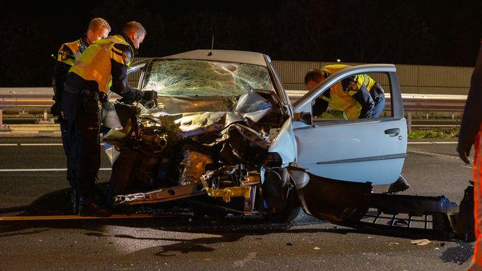 Van de auto waarmee de drie jongemannen tegen een vrachtwagen vlogen, is weinig over.