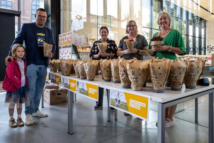 Vrijwilligers verkopen plantjes bij de bibliotheek in Dendermonde.