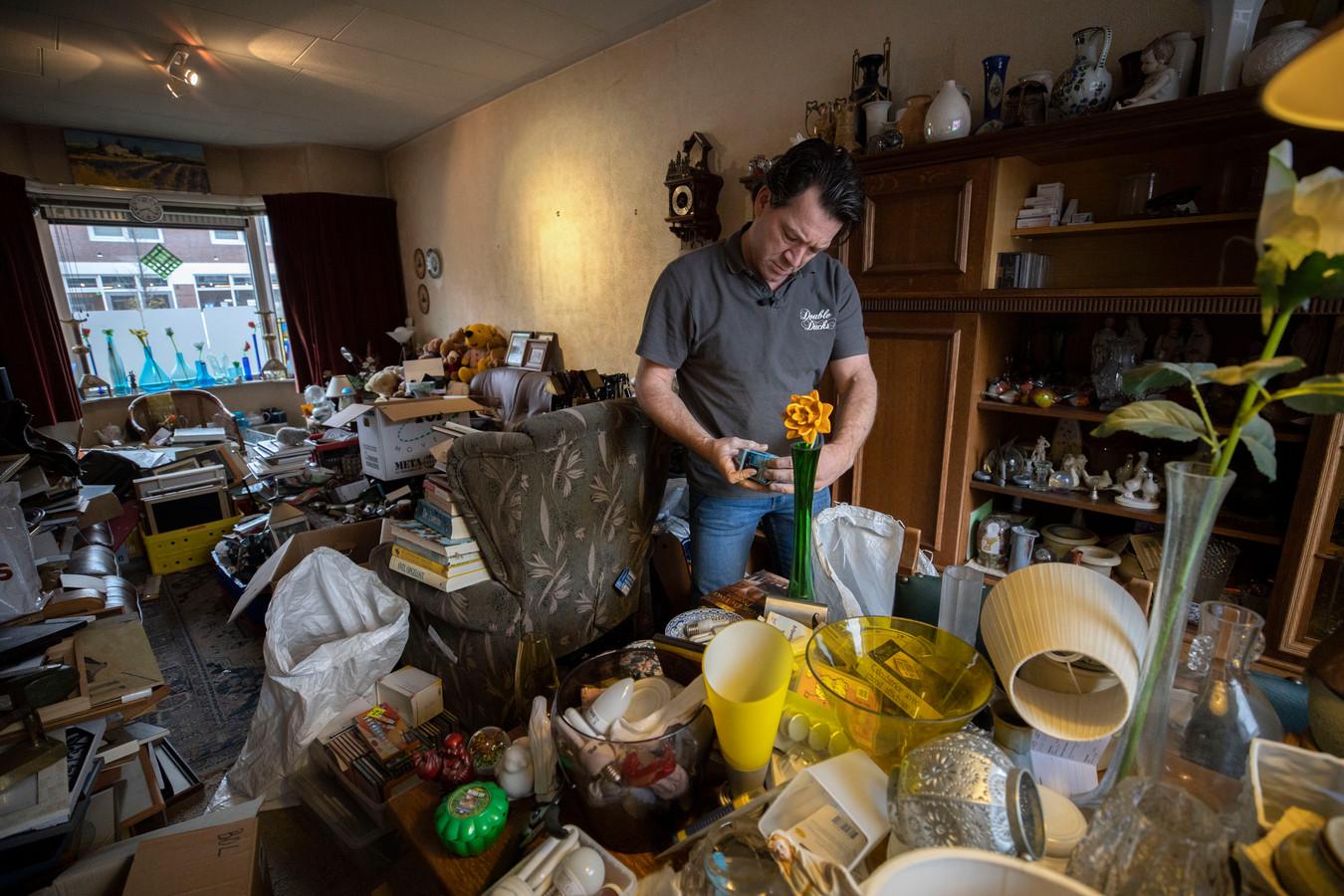 Patrick Ducker tussen de spullen van de overleden bewoner. Veel spullen.