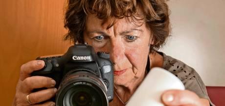 Juf Diny Heidenrijk uit Raalte kijkt tegenwoordig als een fotograaf