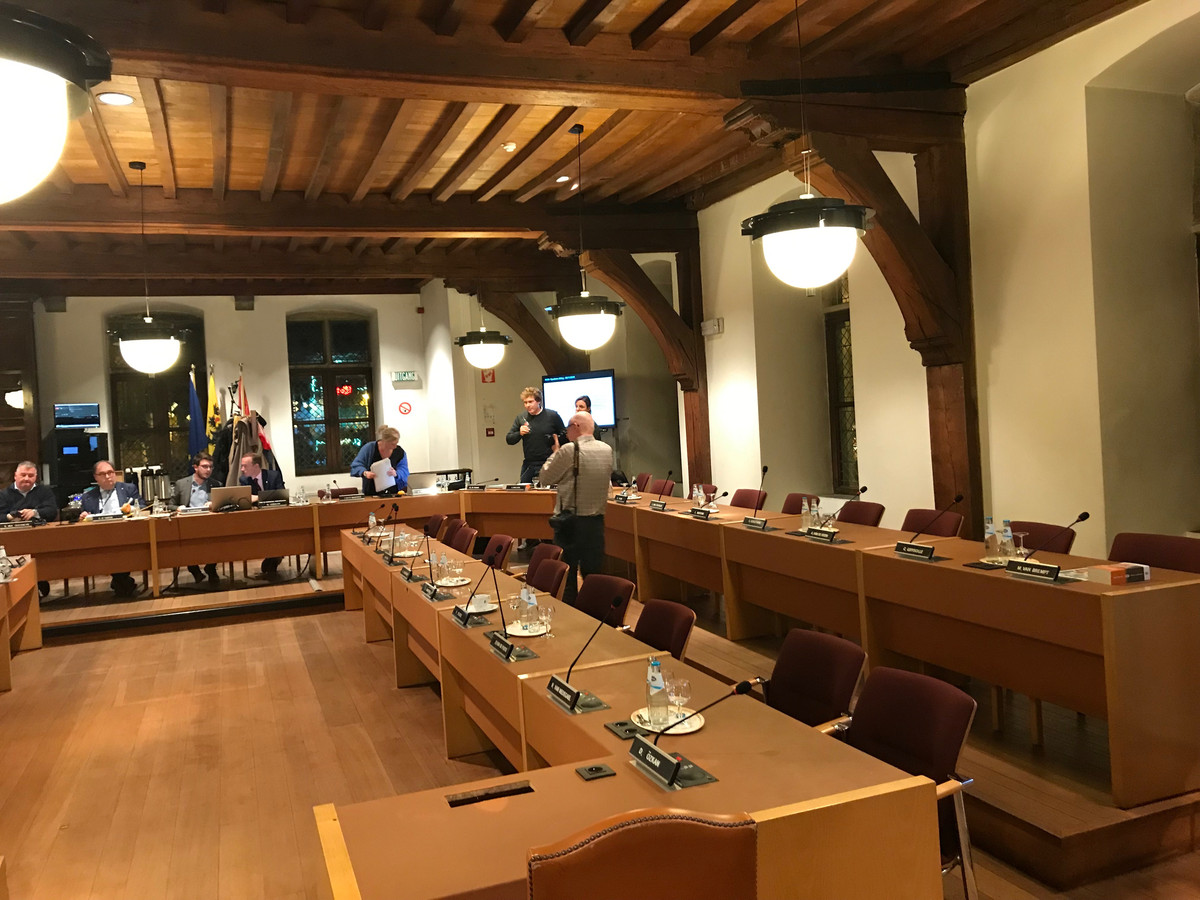 De oppositie verlaat de gemeenteraad.