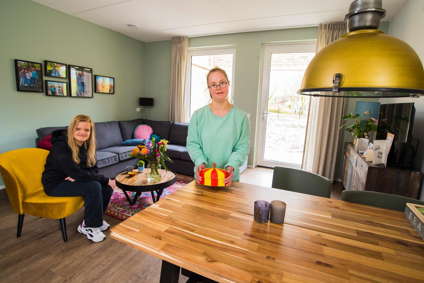Kersverse bewoners Sharina (links) en Fleur zijn heel blij met hun nieuwe onderkomen in complex De Hooiberg. Een groot voordeel: de familie woont ook in de wijk Stroom Esch.
