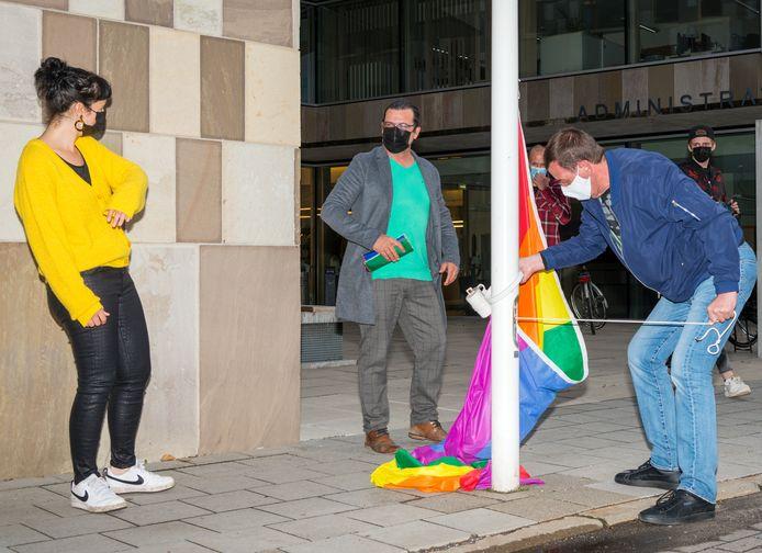 De gemeente Willebroek hijst samen met de startende werkgroep 'LGTBQI+ Willebroek' de regenboogvlag.