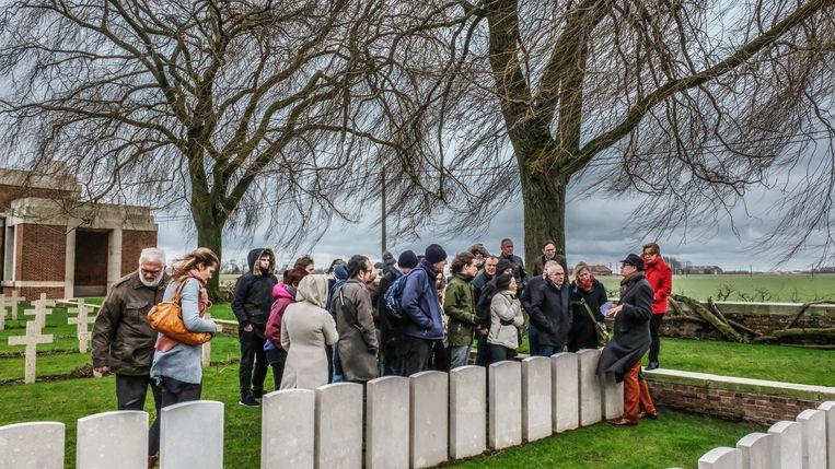 Deelnemers van het  congres over de Spaanse griep op de Lijssenthoek begraafplaats in Poperinge, waar ze uitleg krijgen van IFFM-medewerker Dominiek Dendooven. Daar liggen slachtoffers van de Spaanse griep begraven.