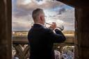 Koen van den Heijkant speelt tijdens Dodenherdenking vanaf de Grote Toren in Breda de taptoe