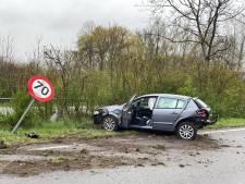 Wagen vliegt uit de bocht en belandt in middenberm op Drongensesteenweg