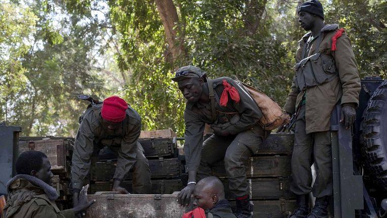 Malinese soldaten laden munitie op een truck Beeld afp