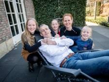 Dennis Lammersen uit Haaksbergen kan alleen met aangepaste bus samen op stap: 'Ik moet hiermee leren leven'