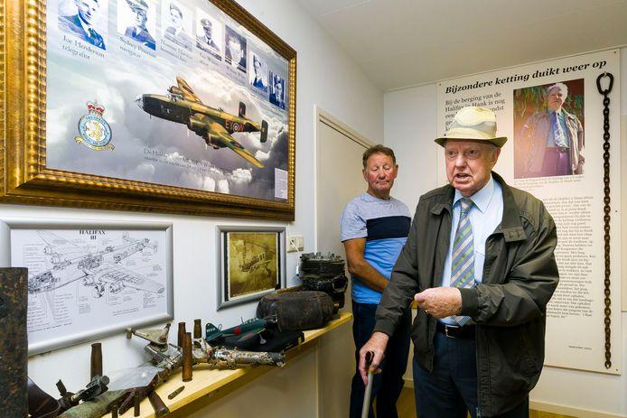 Een gedeelte van het oorlogsmuseum in Veen. De foto is gemaakt toen Jan van de Bogaard een veelbesproken Halifax ketting overhandigde aan het oorlogsmuseum.