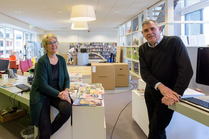 Rita Bemelmans (manager) en Ben Polman (vrienden van de bieb) eerder dit jaar in de vernieuwde bieb.