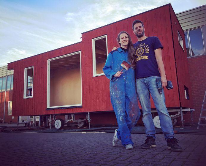 Elisah Pals en Martin Kreft voor het Tiny House dat ze aan het bouwen zijn in Hoogerheide. Daar houden ze zaterdag 14 december een open dag voor belangstellenden. Als het huisje klaar is, willen ze het in Breda neerzetten.