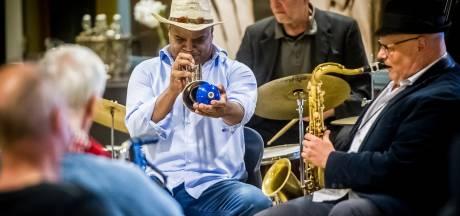 JazzBoz gaat door: dubbeldekker met muzikanten brengt jazzmuziek bij de mensen thuis