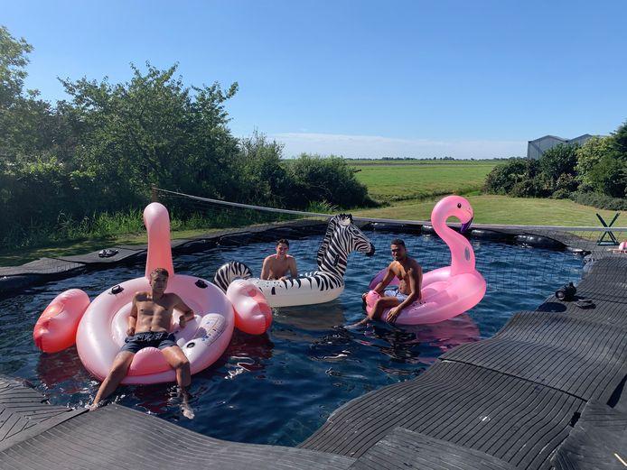 Martijn (midden) met zijn vrienden in het zelfgebouwde zwembad.