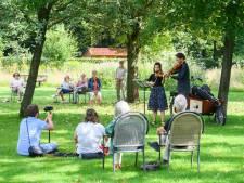 Publiek geniet van Bach in de natuur bij Zenderen