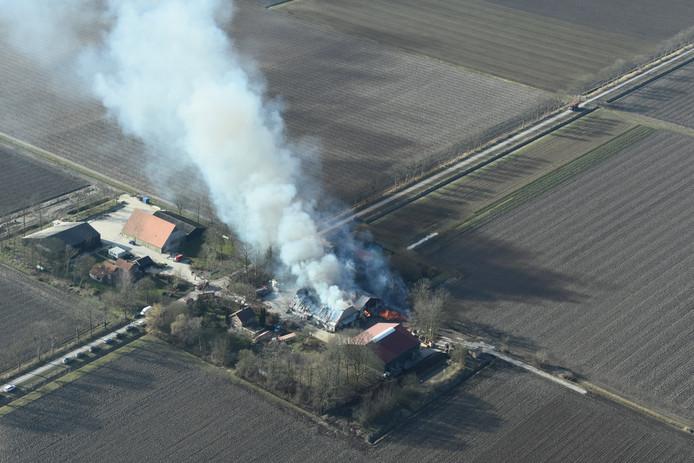 Vanuit een overvliegend vliegtuigje was de brand in Ens goed zichtbaar.