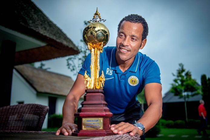 Bondscoach Remko Bicentini van Curaçao bewondert in zijn achtertuin de King's Cup.