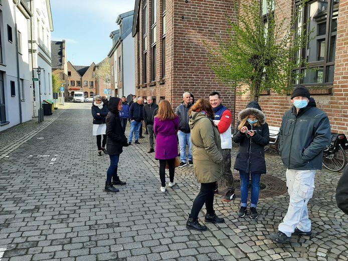 Een lange rij voor het testcentrum in het Duitse grensplaatsje Kranenburg. Mensen staan hier twee uur in de rij en in de kou.