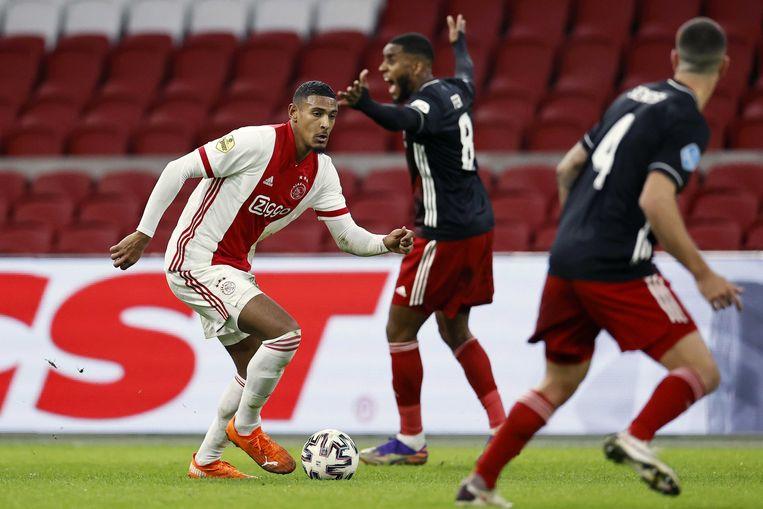 Sébastien Haller aan de bal tegen Feyenoord, 17 januari. Beeld ANP