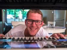 Stefan (45) speelt covers van muziek uit de jaren 80 en 90: 'Ik krijg reacties van Japan tot Amerika'