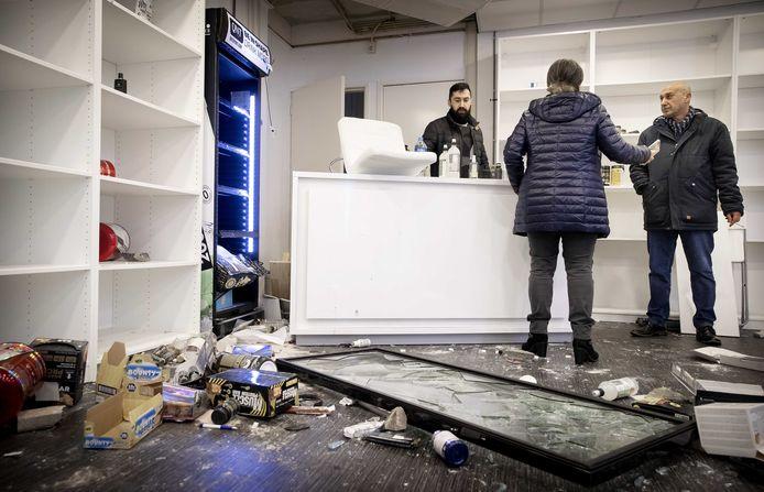 Schade aan een winkel op de Beijerlandselaan, de dag na de rellen. Relschoppers richtten vernielingen aan, plunderden diverse winkels en bekogelden de politie met onder andere stenen en vuurwerk.