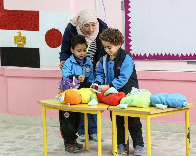 Twee kinderen die les krijgen volgens het Tokkatsu-onderwijssysteem. Beeld Asmaa Waguih