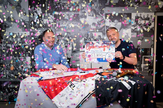 Jan-Willem Zwang, de broer van Fred, maakt onder een confettiregen het eindbedrag van 'VVGZ in Actie' bekend. Links presentator Ronald Poots. FOTO RICHARD VAN HOEK