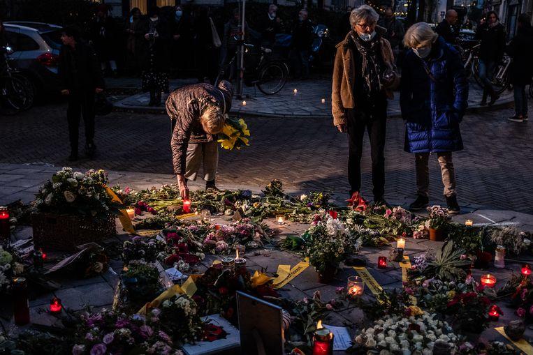 Buurtbewoners tijdens de herdenking van een 73-jarige man, die eind oktober door een uit de hand gelopen pedojacht in Arnhem om het leven kwam.  Beeld Joris Van Gennip