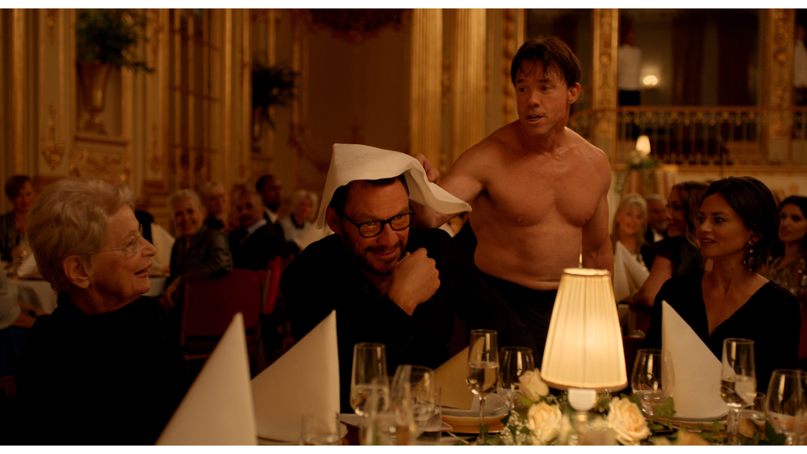 Dominic West (m) en Terry Notary in 'The Square', 2017