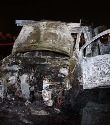 Bestelwagen in vlammen op in Vinkel, vermoedelijk gestolen en in brand gestoken