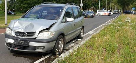 Auto botst met volle snelheid op voorganger in Enschede