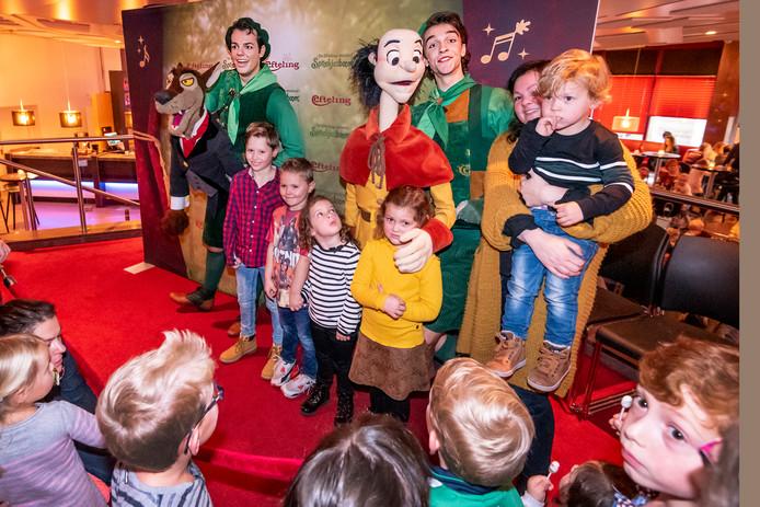 Tijdens de meet & greet in De Lievekamp konden kinderen op de foto met de acteurs, onder wie de Osse Jessie Vos (links).
