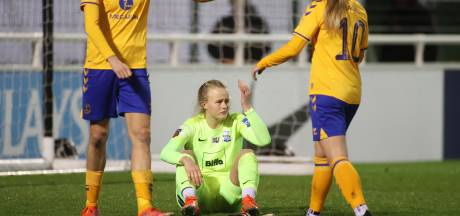 Aangeslagen keepster blundert drie keer na vervelend bericht voetbalbond