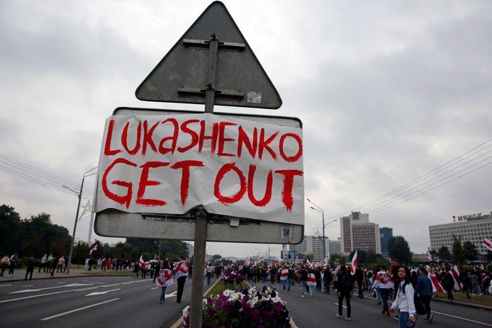 Protesten tegen de uitslag van de Wit-Russische presidentsverkiezingen in Minsk, Wit-Rusland. Op het bord staat 'Loekasjenko, verdwijn'.