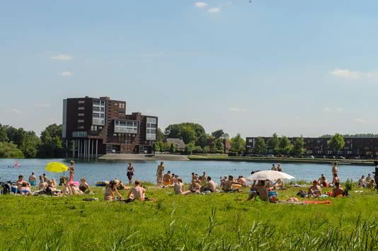 Vorig jaar was de Oostplas nog een populaire plek om te zonnen en zwemmen.