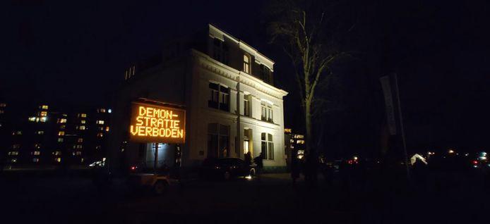 Een matrixbord bij Villa de Bank in Enschede, waarop te lezen is dat de aangekondigde demonstratie is verboden.