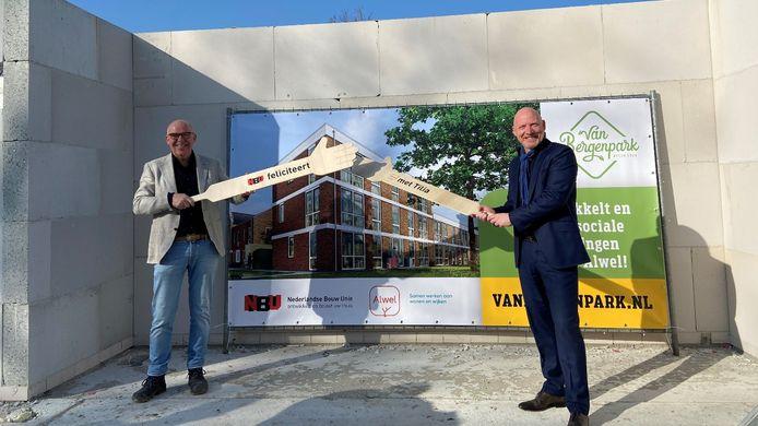 Alwel-bestuurder Karo van Dongen en NBU-directeur Jan Voesenek  plaatsten afgelopen woensdag hun handtekening onder project Tilia op de bouwlocatie: voormalig GGZ-terrein in Etten-Leur nabij het Van Bergenplein.