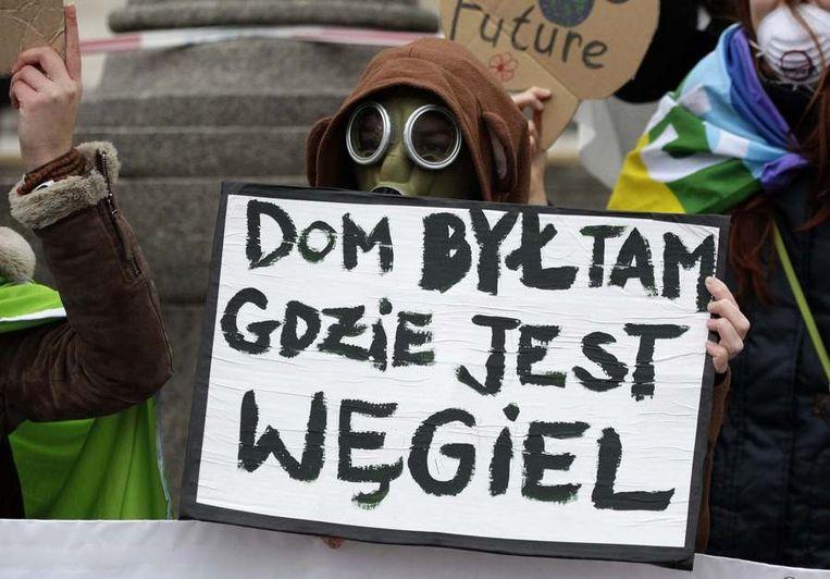 Milieuactivisten protesteerden vandaag in Warschau tegen het uitblijven van resultaten op de klimaattop. Beeld reuters