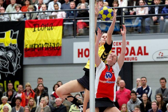 Mede dankzij haar lengte speelde Lieveke Meiling drie jaar in de Korfballeague bij Dalto (in duel tegen Daisy Buytelaar van TOP). Nu moet de Puttense op jonge leeftijd stoppen vanwege blessureleed.