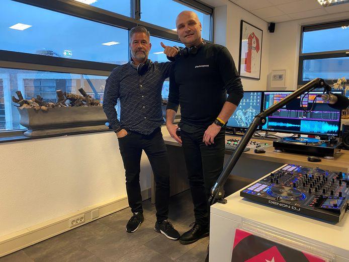 Piet Keijzer alias DJ Spin2Beat (rechts) en Rick Hoppezak van XXL Radio Rotterdam.