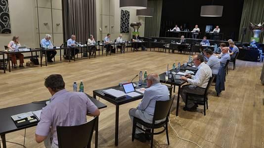 De gemeenteraad kwam voor het eerst sinds 17 september vorig jaar weer fysiek bij elkaar. Nu bij partycentrum Hercules in Diessen.