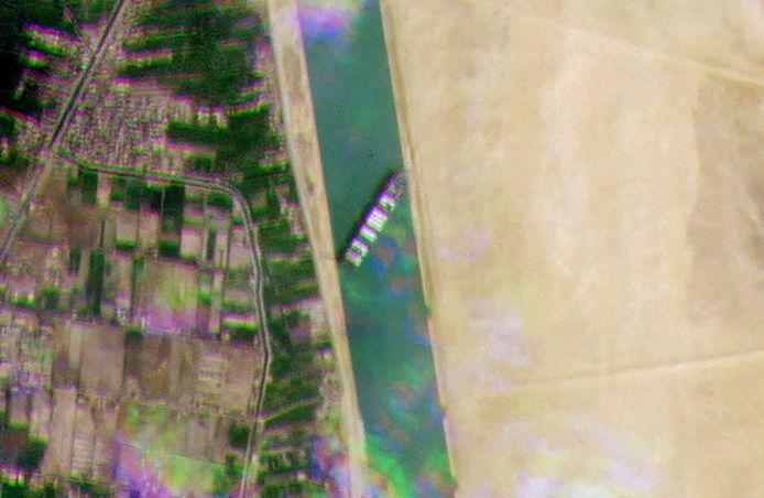 Gambar satelit menunjukkan bagaimana kapal kontainer besar menghalangi lorong.