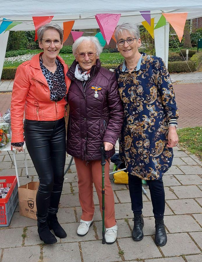 links dochter Gerrie Kolthof-Meilink, in het midden de gedecoreerde en rechts dochter Ria Schuitemaker-Meilink.