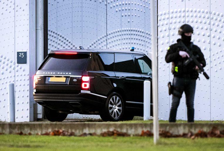 Een beveiligde auto komt aan bij de extra beveiligde rechtbank op Schiphol voor een zitting in het grote liquidatieproces Marengo.  Beeld ANP