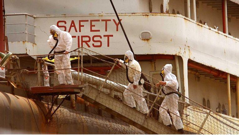 Mannen in beschermende pakken gaan aan boord van de Mexicaanse chemicalientanker Otapan in de haven van Amsterdam.Archieffoto 2001 © anp Beeld