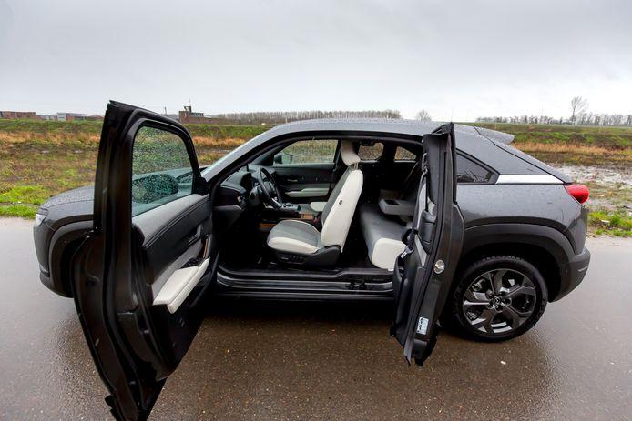 De zijportieren van de Mazda MX-30 gaan in tegengestelde richting open.